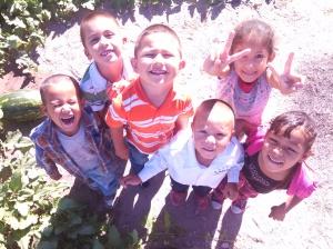 En esta foto, faltan cuatro más y serían los diez niños que asisten al preescolar.