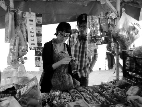Comprando dulces en el centro