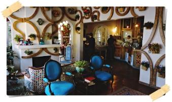 Parte de la sala y a la derecha está la cafetería