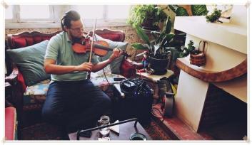 Este hombre tocó su violín en la mañana del segundo día que fui.